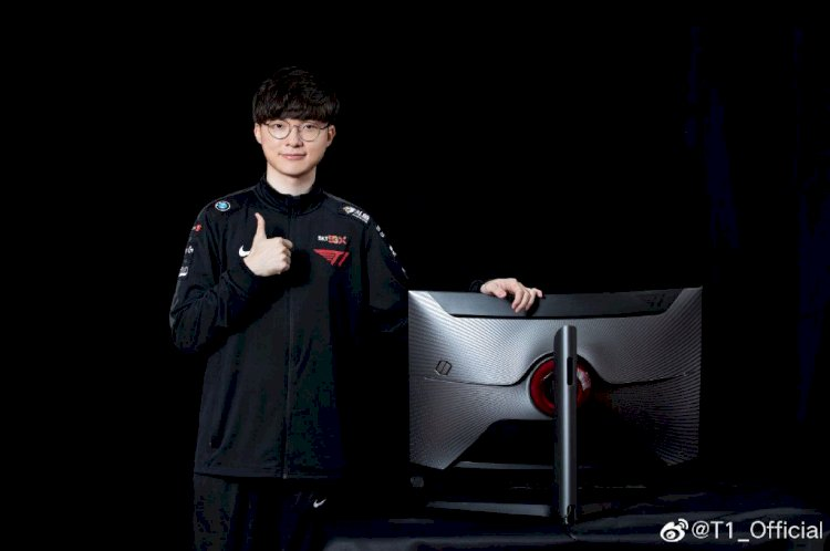Faker now owns a gaming monitor